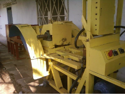 Picture of the vertical coral cutting machine